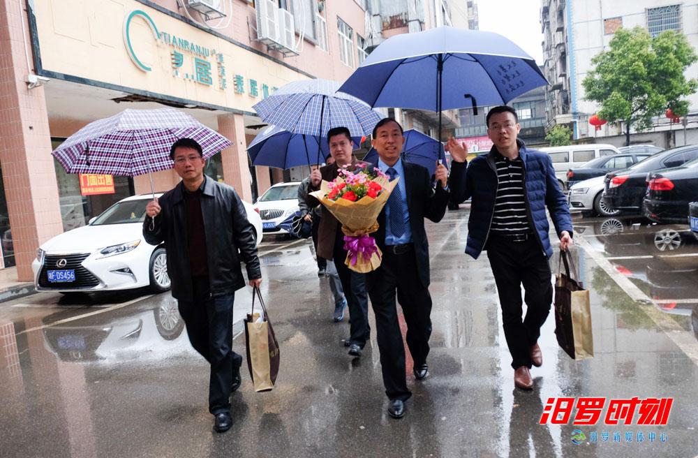 不忘勇士!深圳慰问团清明走访汨罗英雄父母