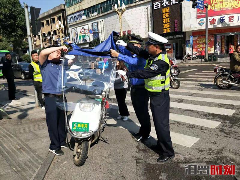 【三城同创】闯红灯、加装伞具的摩托车将被现场查扣