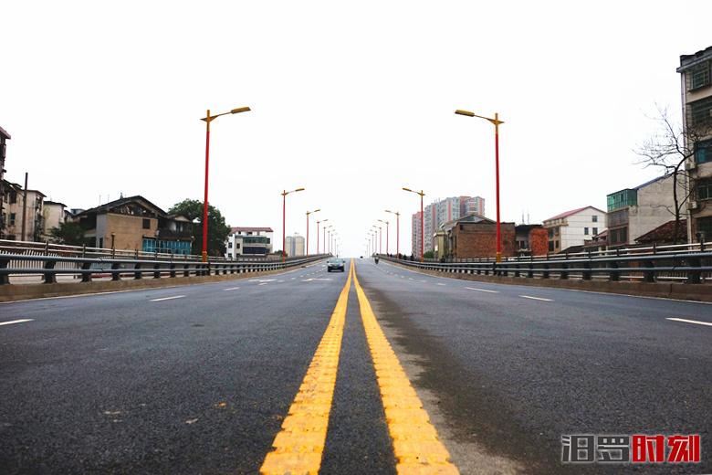 汨罗山塘路跨铁路桥试通车,桥下将建停车场